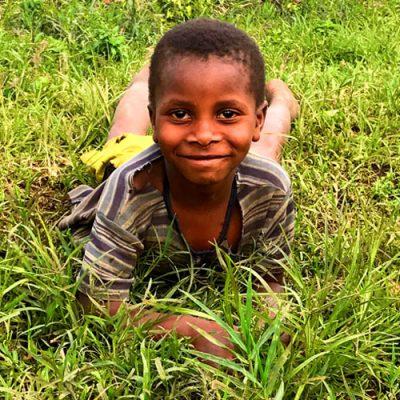 jongen in het grasbw 500